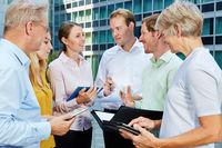 Geschäftsleute arbeiten mit Tablet Computer