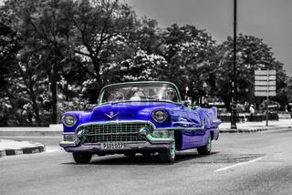 Blaues Oldtimer Cabriolet fährt auf dem Malecon in Kuba Havanna