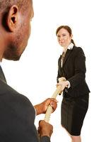 Geschäftsleute als Gegner beim Tauziehen