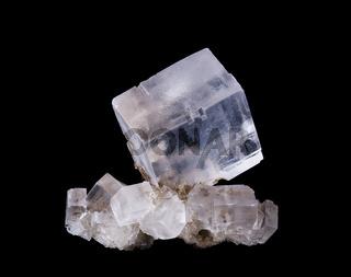 Halit Steinsalz Kristall Voerderansicht vor schwarzem Hintergrund