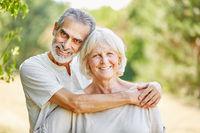 Senioren Paar in Liebe umarmt sich glücklich