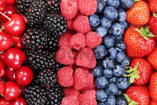 Beeren Früchte in einer Reihe mit Erdbeeren, Himbeeren und Kirschen
