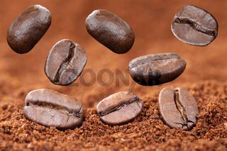 Fliegende Kaffeebohnen mit gemahlenem Kaffee fliegen