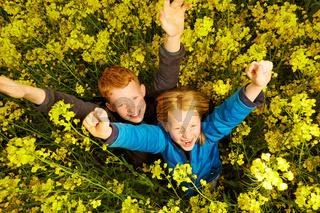Junge und Maedchen im Rapsfeld