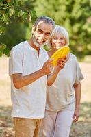 Senioren Paar spielt Frisbee zusammen