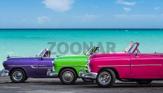 Drei Cabriolet Oldtimer vor dem Meer am Strand von Varadero  Kuba