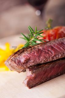angeschnittenes Steak vom Grill mit Pommes frites und Tomaten
