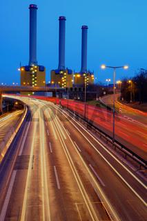 Kraftwerk hinter der Autobahn