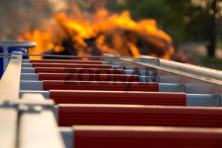 Feuerwehrleiter am Feuer