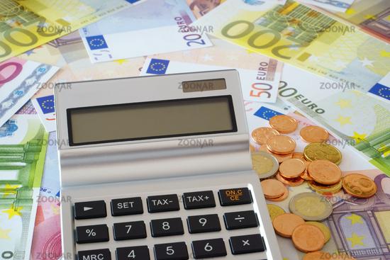 Taschenrechner mit Textfreiraum im Display auf Geld
