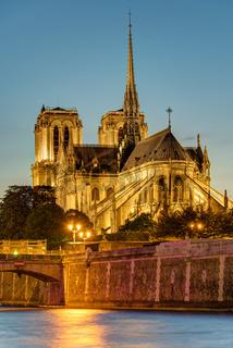 Die berühmte Kathedrale von Notre Dame nach Sonnenuntergang