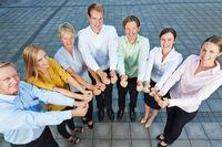 Business Team zeigt mit Daumen nach oben