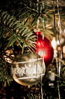 Matt goldene Christbaumkugel mit weißem Muster am Weihnachtsbaum