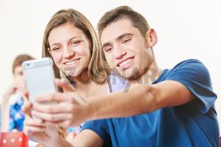 Junge und Mädchen machen Selfie