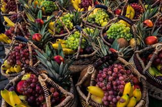 Obstkörbe auf dem Fischmarkt sonntags
