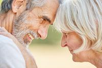 Verliebtes Paar Senioren Kopf an Kopf