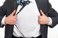 Manager reißt sein Hemd auf