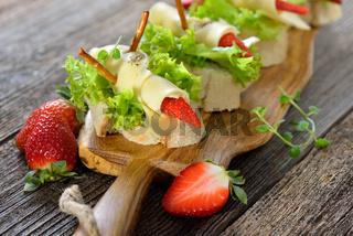 Käsehäppchen mit Erdbeeren
