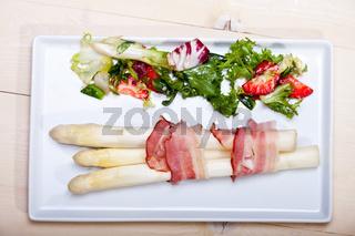weißer Spargel mit Salat