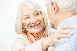 Paar Senioren beim Tanzen zusammen