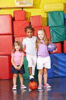 Kinder spielen Fußball in Turnhalle