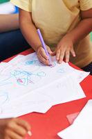Hände vom Kind malen auf Papier