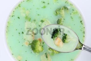 Brokkolisuppe essen mit Löffel Brokkoli Suppe in Suppentasse von oben