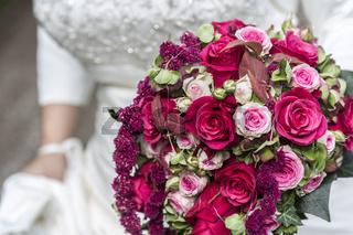 Brautstrauss auf weissem Brautkleid