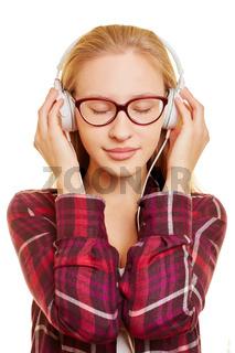 Frau hört Musik über Kopfhörer