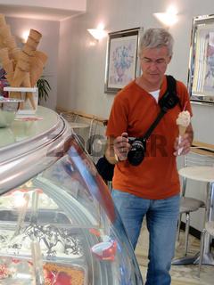 diverse Eissorten im Eiscafe