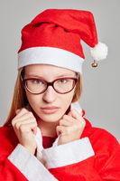 Frau als Weihnachtsmann schaut ernst