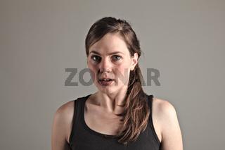 Junge Frau erschrickt