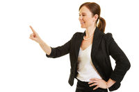 Geschäftsfrau hält Finger an virtuellen Touchscreen