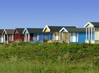 Bunte Holzhütten am Strand von Skanör in Schweden