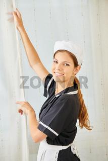 Zimmermädchen als Putzfrau beim Saubermachen