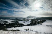 Blick in den winterlichen Hegau mit dem Hohentwiel und der Stadt Singen