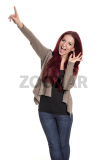 rothaarige frau zeigt mit dem finger hoch und kreischt vor freude