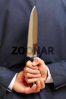 Hand hält Messer hinter dem Rücken