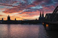Blick über den Rhein mit der Hohenzollernbrücke und den Kölner Dom