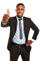 Afrikanischer Geschäftsmann hält Daumen hoch