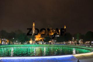 Blick auf die Hagia Sophia über den Springbrunnen