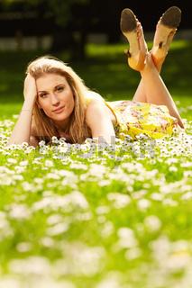 Blondes Maedchen auf einer Blumenwiese