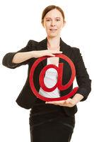 Frau hält Symbol für Email