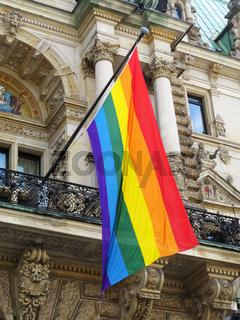 Regenbogenflagge am Hamburger Rathaus