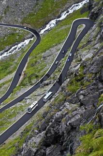 Enge Kurven auf einer Passstrasse, Norwegen