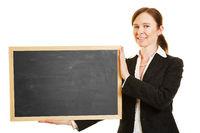 Geschäftsfrau hält leere Tafel