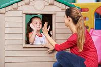 Frau und Kind spielen Klatschspiel