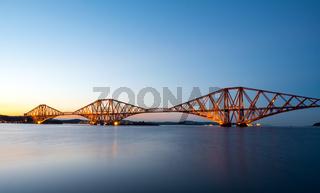 Die berühmte Forth Rail Bridge in Schottland nach Sonnenuntergang