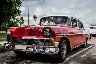 HDR roter amerikansicher Oldtimer in Kuba
