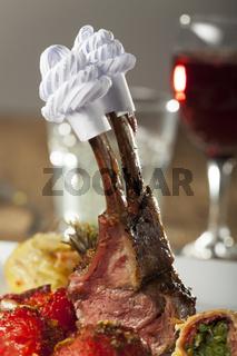 Gegrilltes Lamm auf einem Teller